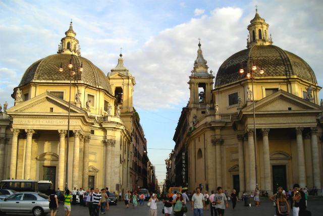 Iglesias gemelas en la Piazza del Popolo - Destino y Sabor