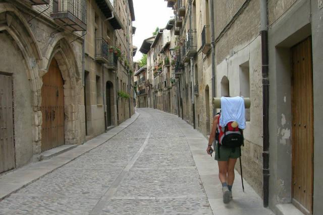 Peregrino en el Camino de Santiago a su paso por Estella - Imagen de Casa Rural Arrastia