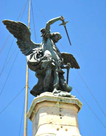 Escultura del Arcángel San Miguel en el Castillo de Sant'Angelo - Destino y Sabor