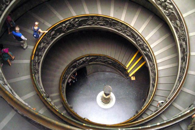 Escalera de salida de los Museos Vaticanos - Destino y Sabor