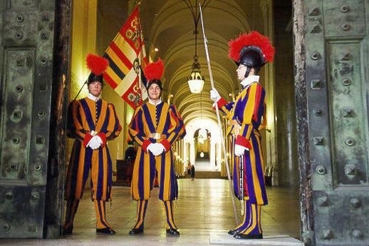 Guardia Suiza protegiendo el Vaticano - Imagen de Bel.es