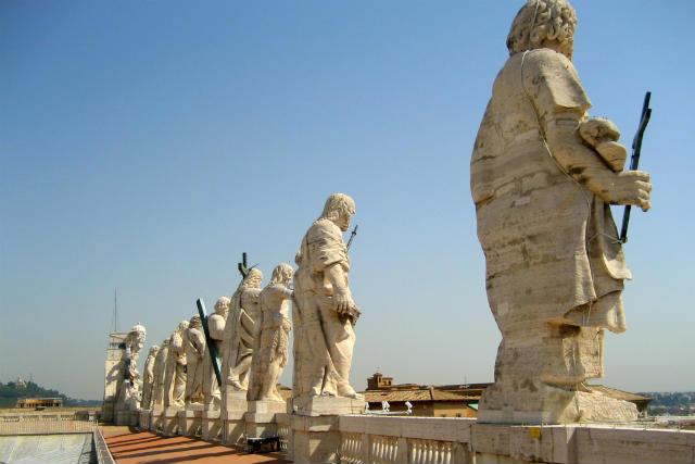 Galería de estatuas de la fachada de la Basílica - Destino y Sabor