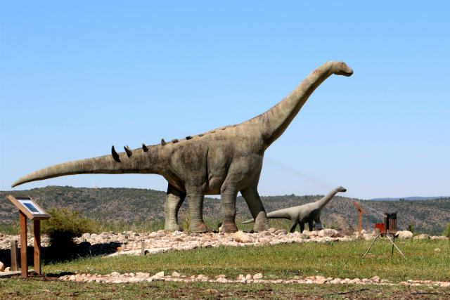 Dinosaurio cuellilargo en el exterior del Museo de Paleontología de Cuenca - Destino y Sabor