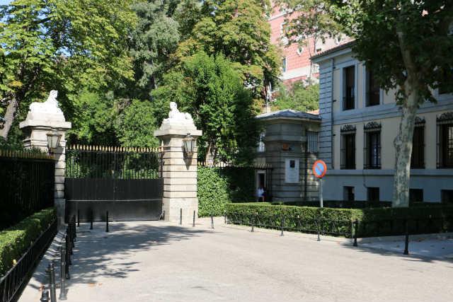 Entrada al palacio por la Calle Princesa - Destino y Sabor