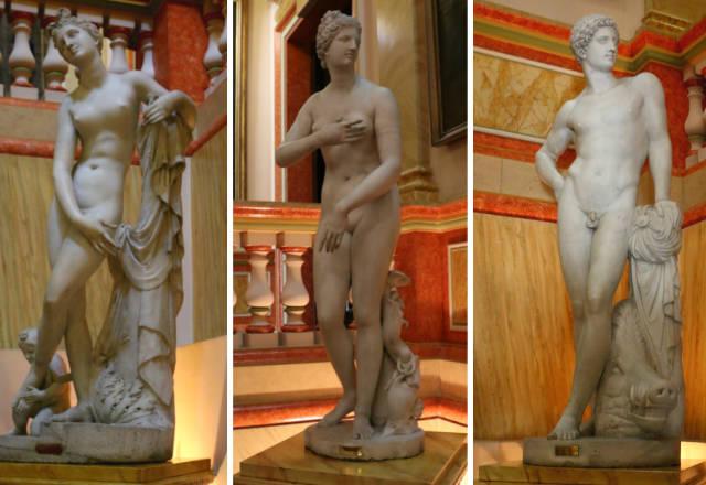 Esculturas en la escalera de entrada al Palacio de Liria - Destino y Sabor