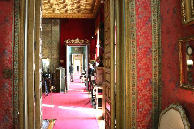 Perspectiva de las puertas alineadas en el palacio - Destino y Sabor