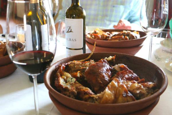 Lechazo asado maridado con vinos de la Ribera del Duero - Destino Castilla y León