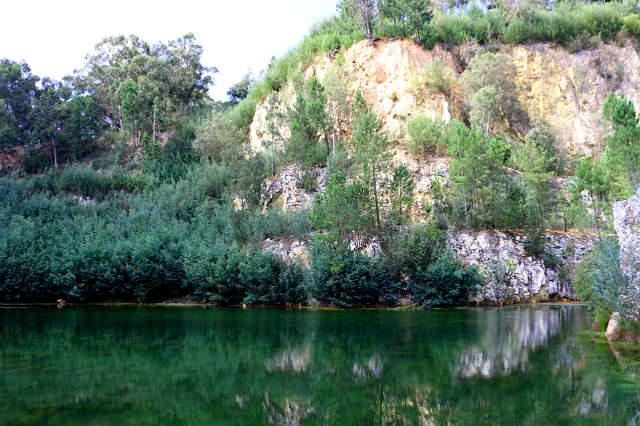 Lago exterior y restos de la cantera de cuarzo - Destino y Sabor