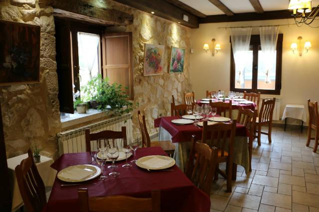 Salón comedor en el Hotel rural Las Baronas de Santa Cruz de Salcedo - Destino y Sabor