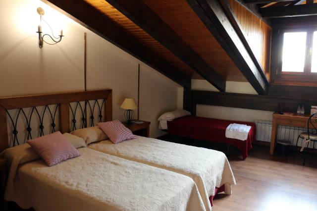 Habitación doble con camas supletorias ideales para hacer turismo familiar - Destino y Sabor