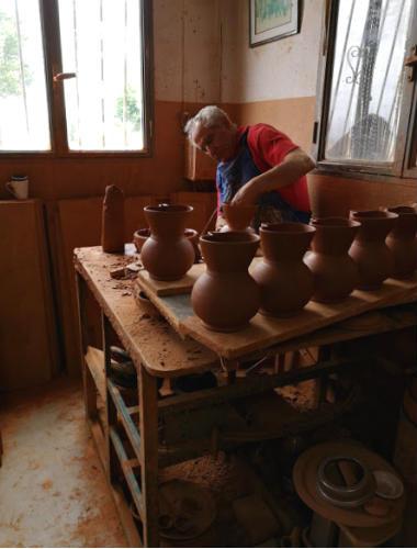 Maestro artesano en el taller de alfarería - Destino y Sabor