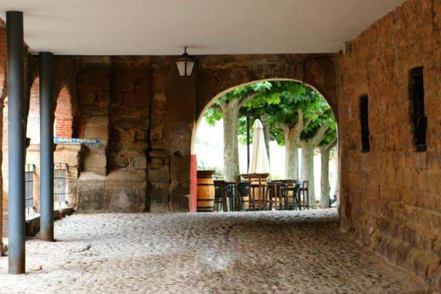Soportales edificados sobre los cimientos de las antiguas murallas - Destino y Sabor