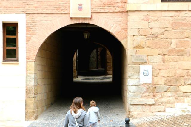 Entrada a la calle subterránea construida sobre el antiguo adarve - Destino y Sabor