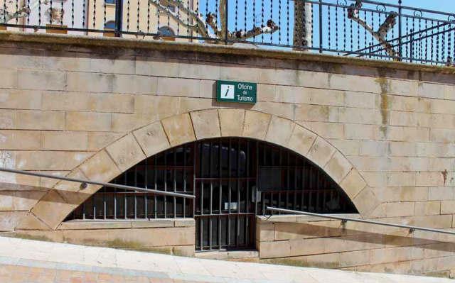 Entrada a la oficina de turismo de Navarrete - Imagen de la oficina