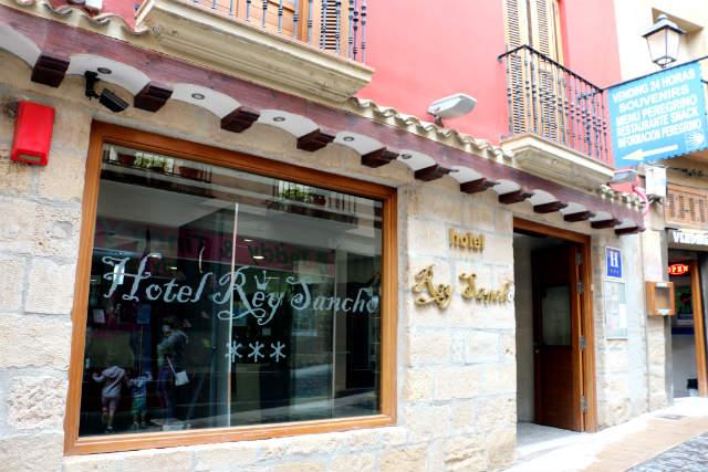 Entrada al Hotel Rey Sancho - Destino y Sabor