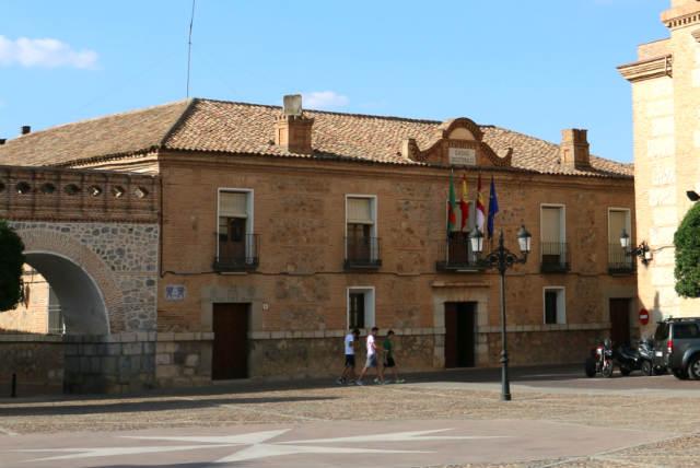 Ayuntamiento de Consuegra en la Plaza de España - Destino y Sabor