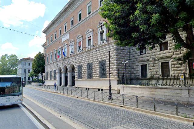 Linea del Tram hacia el trastevere a la altura del Ministerio de Justicia de Italia - Destino y Sabor