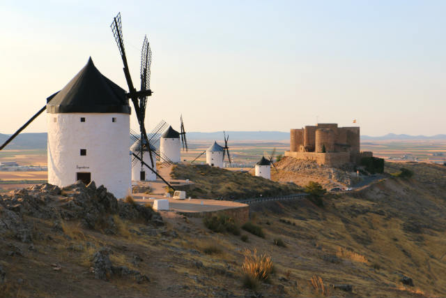Molinos y castillo de Consuegra - Destino y Sabor