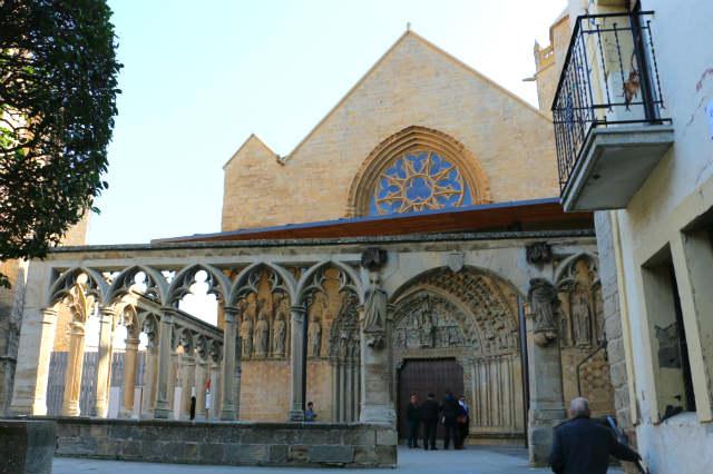 Fachada y atrio de la Iglesia de Santa María la Real de Olite - Destino y Sabor