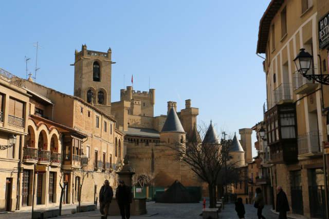 Llegando al Castillo de Olite por la Plaza de Carlos III - Destino y Sabor