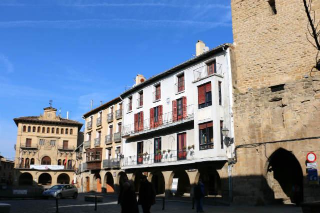 Plaza de Carlos III el noble y Torre del Chapitel - Destino y Sabor