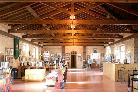Tienda de la Bodega Vega-del Castillo en Olite - Imagen de Wine Turism Spain