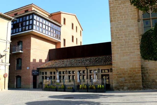 Cafetería del Parador Nacional de Turismo, antiguas caballerizas del palacio - Destino y Sabor