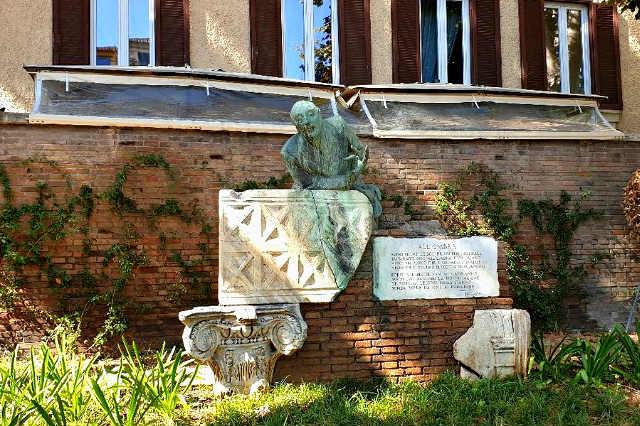 Monumento al poeta Trilussa en la entrada al Trastévere - Destino y Sabor