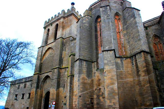 Entrada a Laguardia por la torre y ábside de la Iglesia de San Juan - Imagen de Cvbr