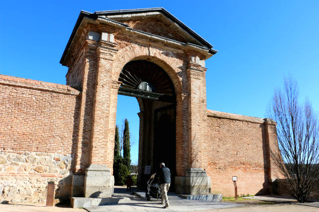 Entrada lateral a los jardines del palacio - Destino y Sabor