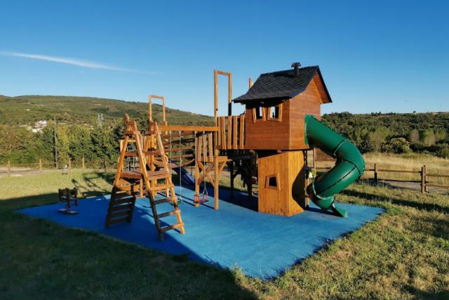 Parque infantil con barbacoa, horno y lugar para comer en Berlanga del Langre - Destino y Sabor