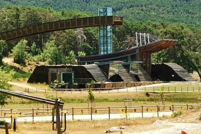 Zona de recreo y Casa de la Madera en Revenga - Destino y Sabor