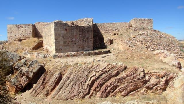Baluarte pentagonal y fachada del Castillo de Alarcos - Imagen de Raimundo Pastor