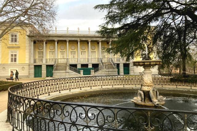 Palacete del Parque del Capricho y la Fuente de los delfines – Destino y Sabor