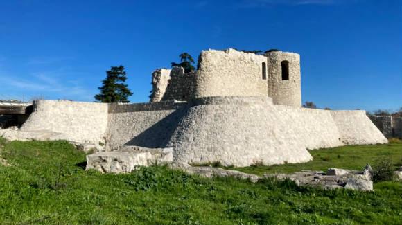 Castillo de Barajas, junto a la Alameda de Osuna - Destino y Sabor