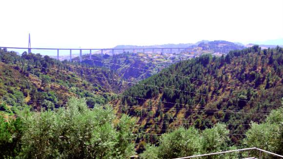 Vistas del cañón del río Corgos, al fondo el viaducto de la autovía - Destino y Sabor