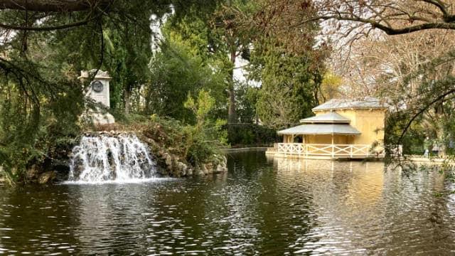 Lago con el monumento al Duque de Osuna y el embarcadero Casa de las Cañas – Destino y Sabor