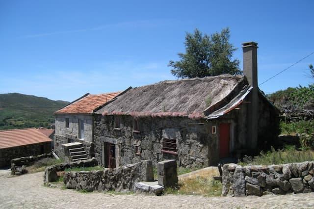 Casas de la aldea de Lamas de Olo - Imagen de Wikipedia