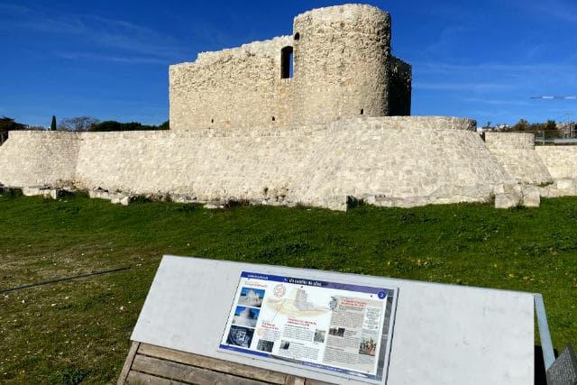 Paneles explicativos a lo largo del perímetro del castillo - Destino y Sabor
