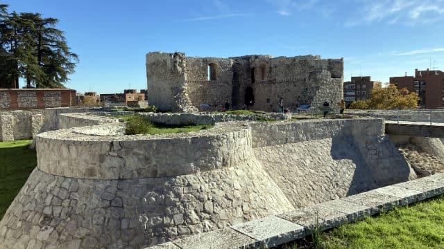Puente levadizo sobre el foso del Castillo - Destino y Sabor