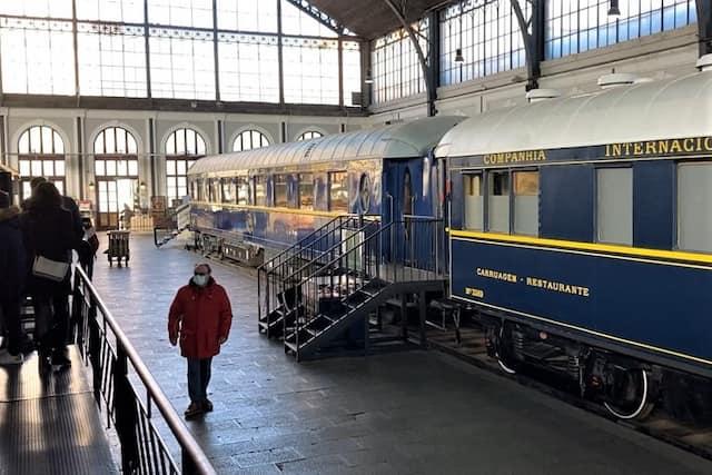 Andén central del Museo del Ferrocarril de Madrid con los vagones restaurantes - Destino y Sabor