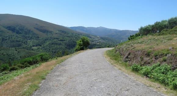 Carretera de montaña hacia el salto de agua de Fisgas de Ermelo - Destino y Sabor