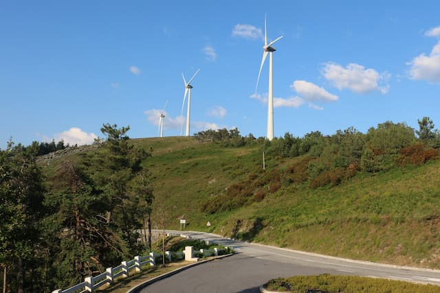 Carreteras de montaña entre molinos de viento - Destino y Sabor