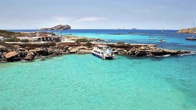 Crucero en barco por las calas de Ibiza - Destino y Sabor