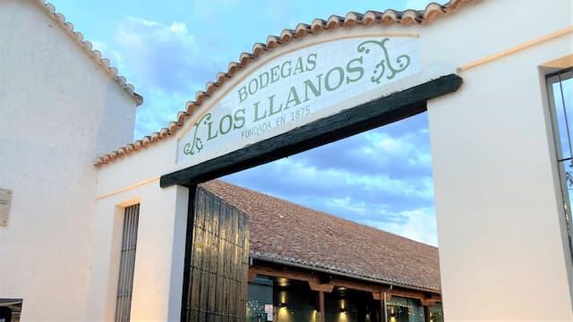 Acceso a las Antiguas Bodegas Los Llanos de Valdepeñas - Destino y Sabor