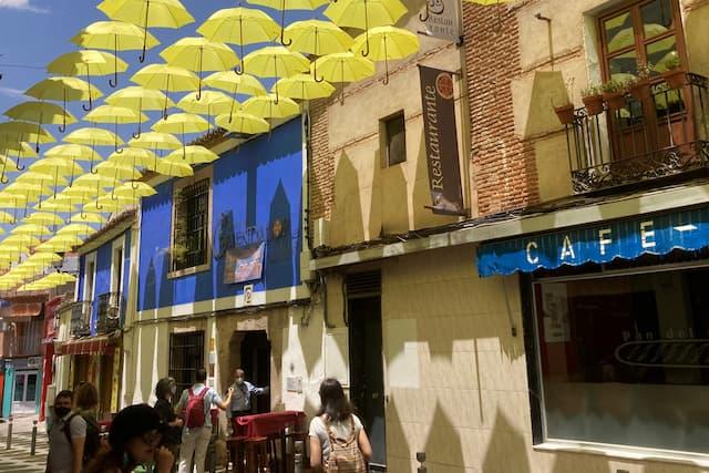 Calles de Valdepeñas con sombrillas - Destino y Sabor