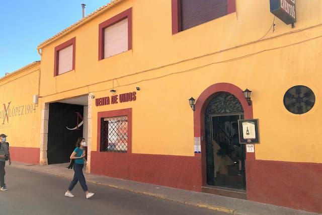 Entrada a las Bodegas Navarro López desde la Calle - Destino y Sabor