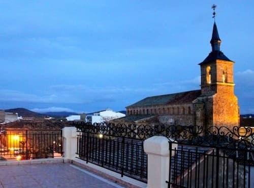 Iglesia de Torrenueva desde la terraza del Hotel Doña Elisa - Destino y Sabor