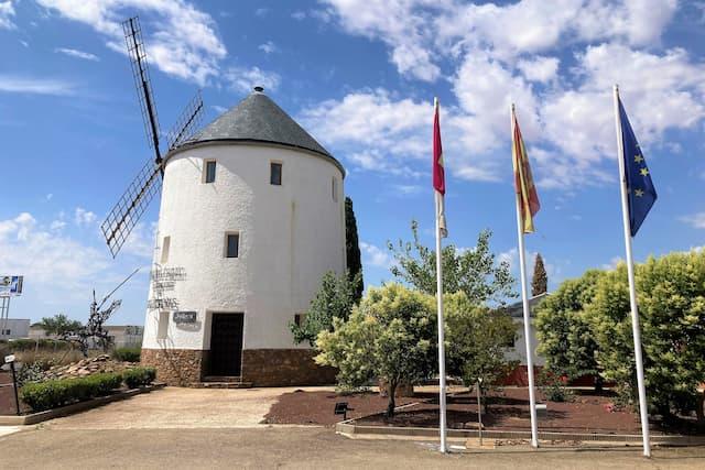 Molino a la entrada de la bodega Cooperativa Covival de Valdepeñas - Destino y Sabor