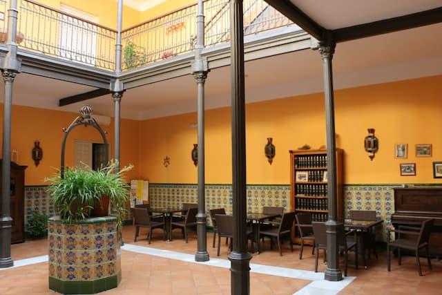 Patio interior cubierto del Hotel Doña Elisa - Destino y Sabor